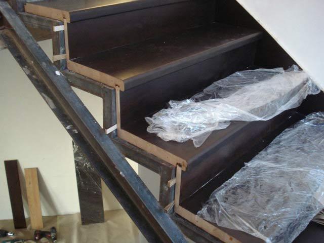 Как обшить металлическую лестницу деревом своими руками?